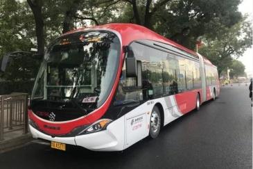 """公交车演绎""""中国红"""",扮靓中华第一街"""