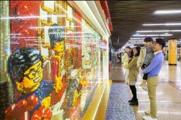 乐高在上海地铁站造了一幅18米长的春节主题3D画卷